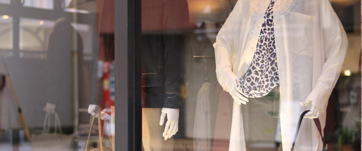 写真:メンズ&レディース服のディスプレイ